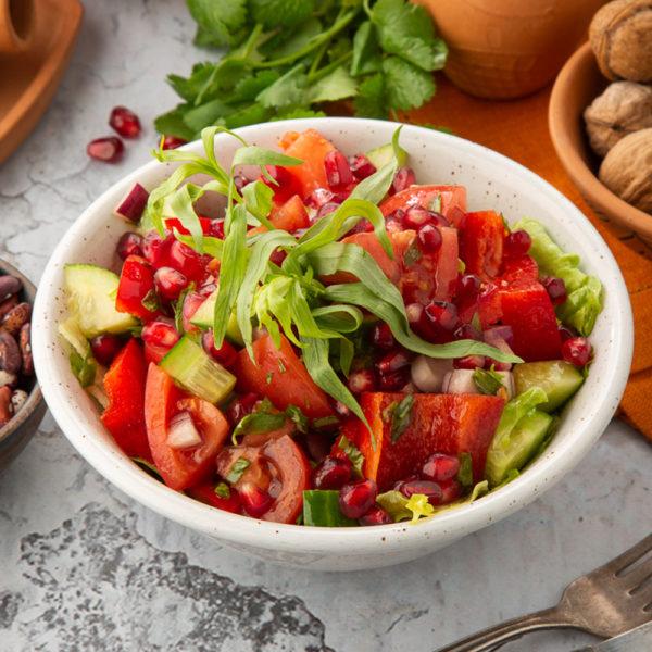 салат из свежих овощей с тархуном и зернами граната